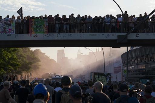 Boah! Wie das Licht so schön auf die Demonstranten und Polizisten fällt.