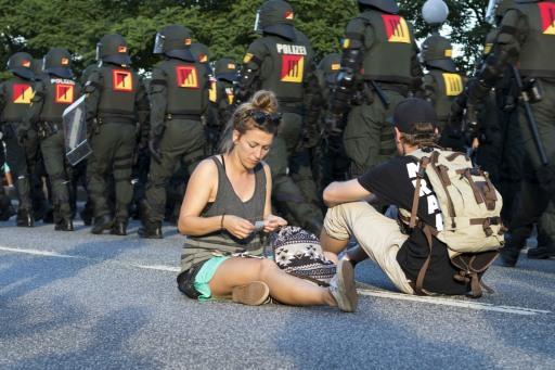 """Polizei: """"Bitte räumen Sie die Straße!"""" Sie: """"Schatz, komm wir setzen uns hier hin."""""""